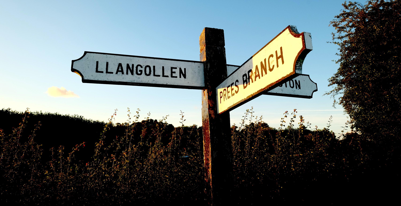 Straßenschild mit walisischem Namen