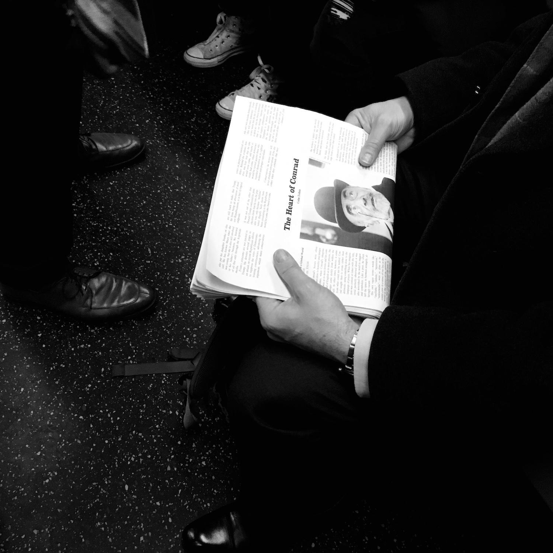Zeitung lesen in der Metro