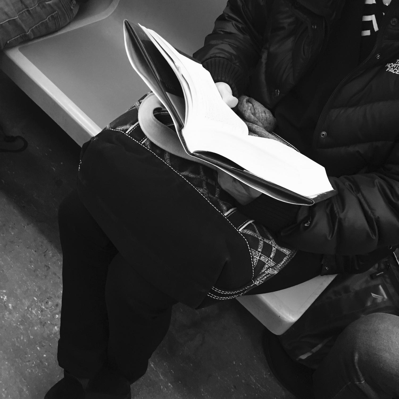 Buch lesen in der Metro